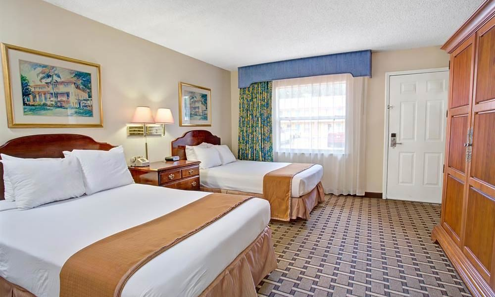 Howard Johnson Express Lakefront Park Guestroom 04