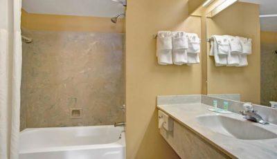 Howard_johnson_express_lakefront_park_guestroom_05