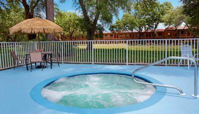 Travelodge_suites_east_gate_orange_pool_02